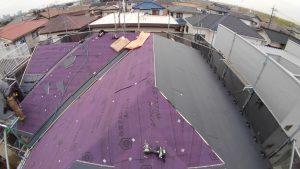 屋根のカバー工法施工中