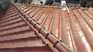 瓦屋根を修理中