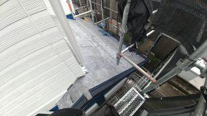 下屋根の施工。